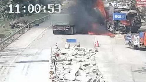 监控:两对向货车同时礼让对方,拐上同车道相撞起火