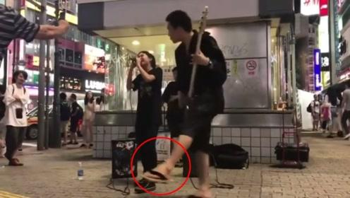 这绝对是高手!拽着拖鞋弹吉他像跳舞,还带着美女主唱!