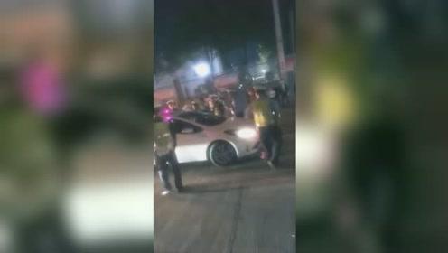 无证女司机深夜闯卡 撞坏警车、撞伤4名交警后逃窜
