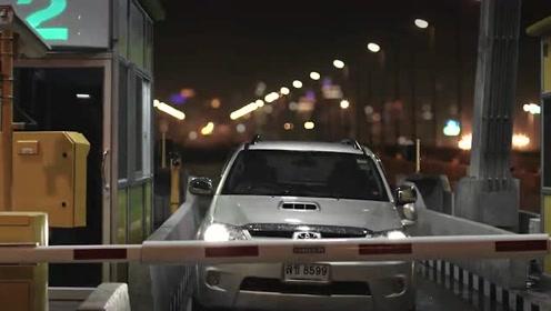 美女正在给上高速的顾客收据,谁知一转头竟看到车里有个女鬼