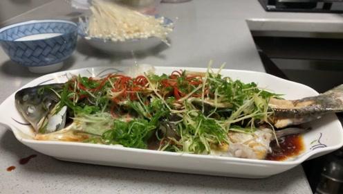 超级好吃的清蒸鱼,只是锅太小砍成了两段蒸