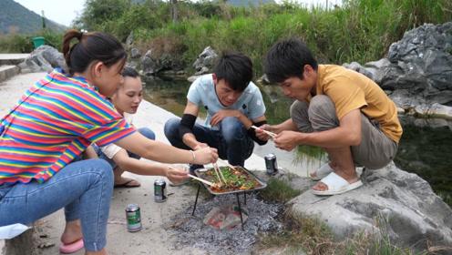 小志钓到大鱼,叫小明带表妹一起河边做烤鱼,那味道太爽了