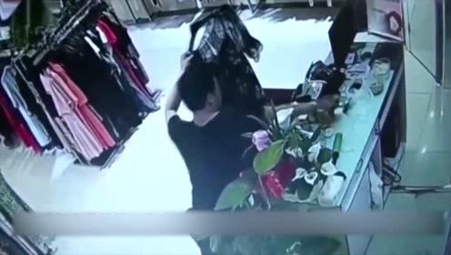 男子给女友买衣服,让女老板帮忙试穿,这套路也太深了!