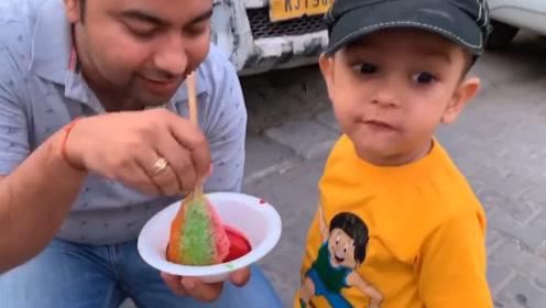 印度人幸福指数高啊,花两块钱就能给自家孩子,吃个刨冰!