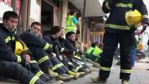 心疼!消防员进行救援工作后累得10秒入睡 刚睡着就又被惊醒