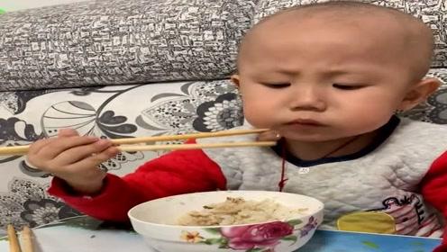才2岁多的小宝宝,自己拿筷子夹豆子吃,吧唧吧唧的真香!