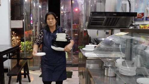 儿子车祸卧床3年,6旬母亲饭馆上夜班:老伴在外地照顾老人