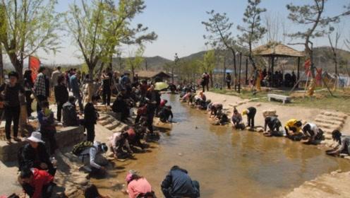 国内最阔气景区,每月在河里倒20万黄金,游客捡到就能归其所有!