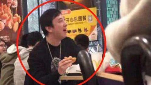王思聪花1万5吃天价日料,后发博给差评,意外曝光银行卡后四位