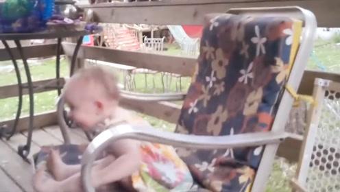 宝宝在凳子上玩,一直靠着垫子在弹,这也太会玩了吧!