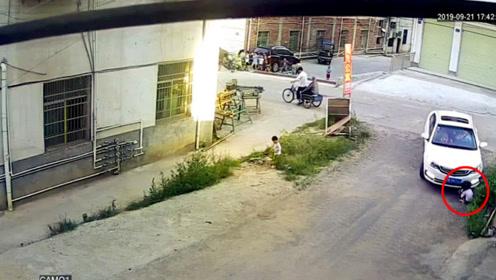两名女童路边玩耍被撞 3岁女童惨遭2次碾压