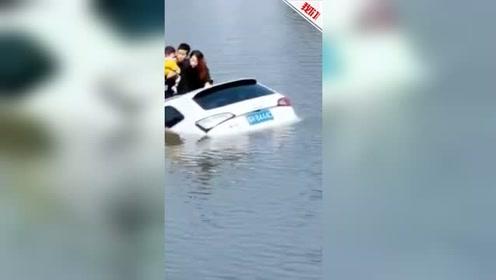 江苏一越野车失控坠河4人被困 男子怀抱1岁幼童坐车顶获救