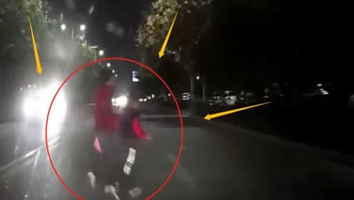 夜间行驶的车辆撞上过路2孩子,只因对向全是远光灯!监控记录车祸瞬间!