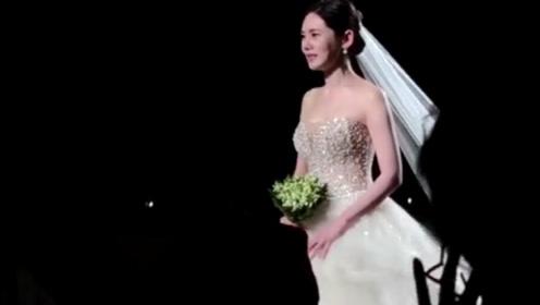 秋瓷炫婚礼上边走边哭,穿上婚纱流下幸福的眼泪!