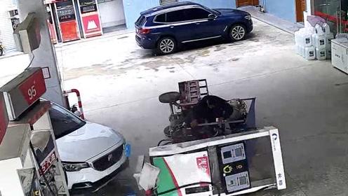 第2次加油仍很紧张,新手司机撞翻加油机,加油员1秒躲过死神