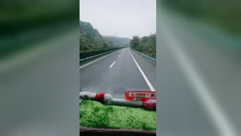 货车女司机带你上高速,接下来,网友:这样开车就是爽!