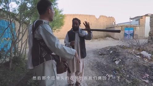 """进村拍摄惹麻烦,阿富汗老爷子抢夺相机,要将我们""""送官查办"""""""