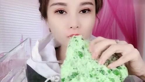 小姐姐直播吃自制的绿色碎碎冰,一口下去超过瘾,是我向往的生活