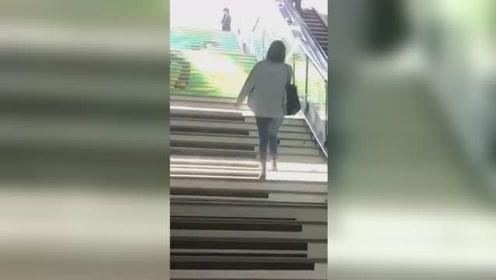 边走楼梯边弹钢琴 广州塔地铁口成新晋网红打卡地