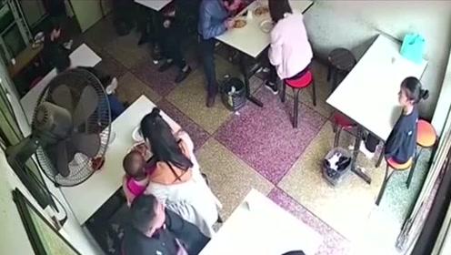女子正喂孩子, 不料身后的男子如此举动, 监控拍下全过程!