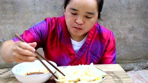 现摘玉米农村波妞研究新吃法,一锅的饺子一人吃了30个,这不算多