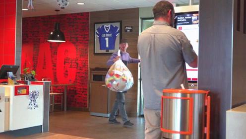 外国恶作剧:服务员小伙准备去丢垃圾,接下来发生的一幕太搞笑了