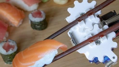 外国小哥自制一双自动筷子,用起来什么感觉?网友:叉子很有灵性