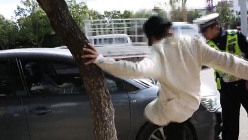 相当暴躁!丽江女司机肇事被判全责,怒踹自家车辆:你们把它烧了