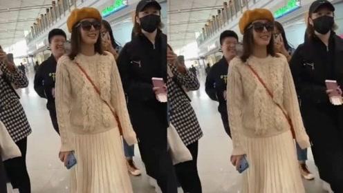 秦岚机场与粉丝们热聊,网友调侃称:声音太好听了