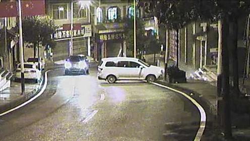 司机雨夜漂移撞上台阶,倒车再撞轿车淡定逃逸