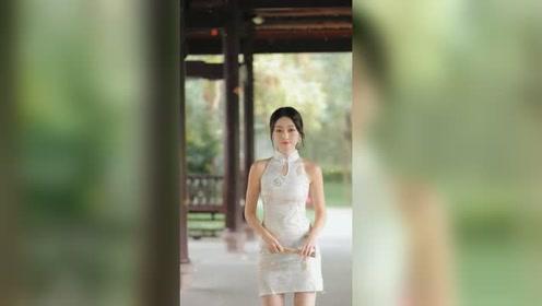 湖边长亭遇到的漂亮姑娘,旗袍的穿搭让气质显得更迷人了!
