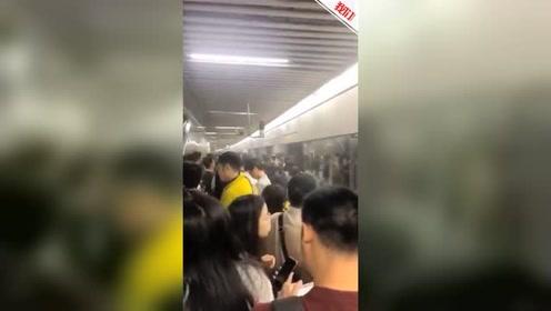 上海地铁站内烟雾弥漫 运营方:站外施工烟雾进入车站