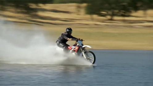 速度够快就能水上漂?骑摩托车加速120公里,猜猜结果怎么样?