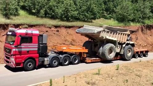 超大型自卸车上拖车,师傅技术真烂,如果在国内,早被赶下车了