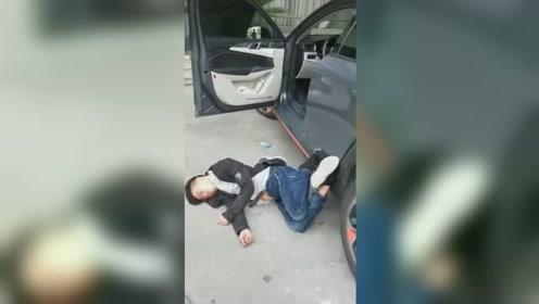 双脚搭车门倒地睡半宿 醉驾司机丑态百出