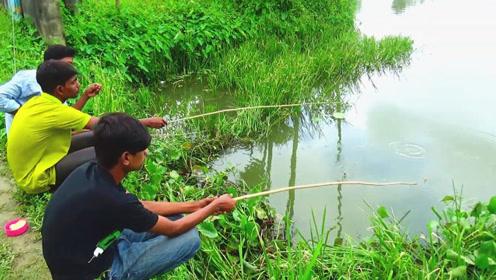 这里真是个钓鱼的好去处,小伙转眼就钓上两条大货,让人看着美滋滋