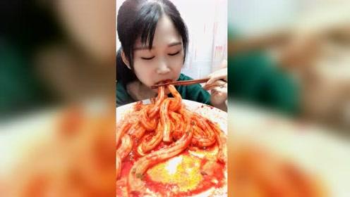 美女吃的这是什么?你们有吃过的这个的吗?