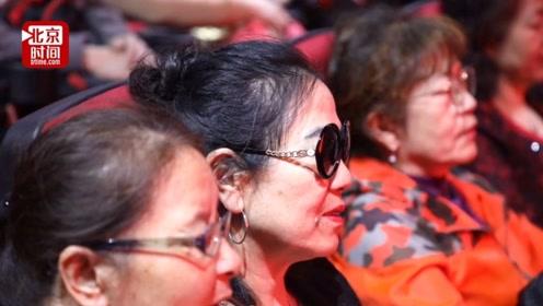 感动!110位盲友听志愿者讲电影 现场激动合唱主题曲《我和我的祖国》
