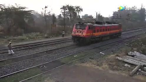 实拍火车进站受电弓是如何工作的,近距离拍摄太直观了