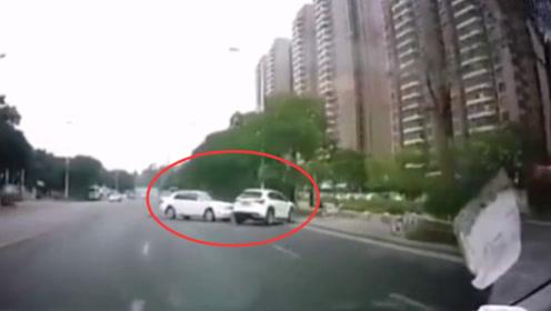 男子示爱不成驾车撞人 被追撞司机抱小孩躲避