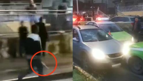 因会车发生口角,四川一司机持刀砍伤的哥后逃离,众的士围堵截停