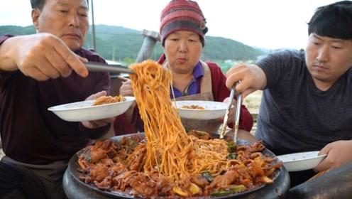 韩国大妈把面条做出很高档的感觉,看起来太有食欲了,隔着屏幕都流口水了