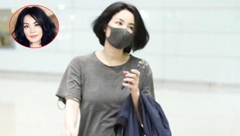 王菲亮相机场,破洞T恤搭配黑色铅笔裤,低调不张扬却不失气场