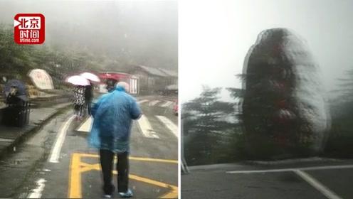 """神农架迎来入秋首场降雪 游客冒低温""""抢拍""""美景"""