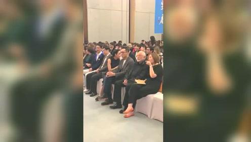 刘烨陪妻子一起参加活动,妻子一直与别人交谈,刘烨竟然还有这一面
