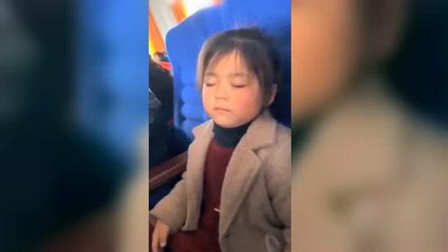 超萌!小女孩家长会上睡着被掌声多次惊醒 边打瞌睡边拍手