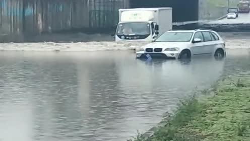 桥洞积水了!宝马都飘起来了!没想到大货车司机还敢硬冲