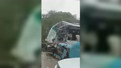 """汉中一客车与大货车相撞 车头内凹严重""""毁容"""""""