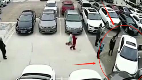 马路杀手!女司机停车场横冲直撞,连撞6车无动于衷,监控还原全过程!