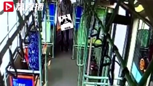 监控拍下雷人一幕:男子在公交车上撒尿 公厕就在十几米外